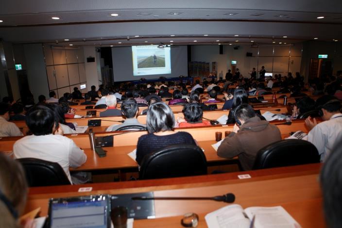 荷蘭北荷蘭省代表代表擔任keynote speaker闡述治水理念。The representative from North Holland Province elaborates on flood management and control in the capacity as a keynote speaker.