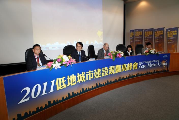 高峰會議程「城市對話-低地城市因應氣候變遷之調適策略」,臺灣大學土木工程系楊德良教授擔任主持人。Dr. Frank Der-Liang Young, Professor of Department of Civil Engineering, National Taiwan University, hosts the Intercity Dialogue: Strategies for the Impact Due to Climate Change on Zero Meter Cities.
