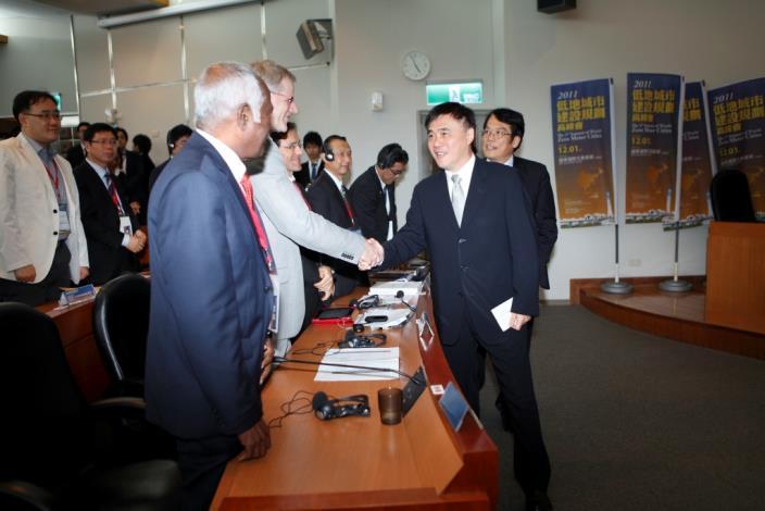 臺北市政府郝龍斌市長蒞臨與各國代表交流。Taipei City Mayor Lung-Bin Hau attends the Summit, interacting with representatives from participating countires.