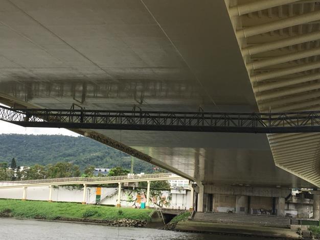 大直橋下方油漆