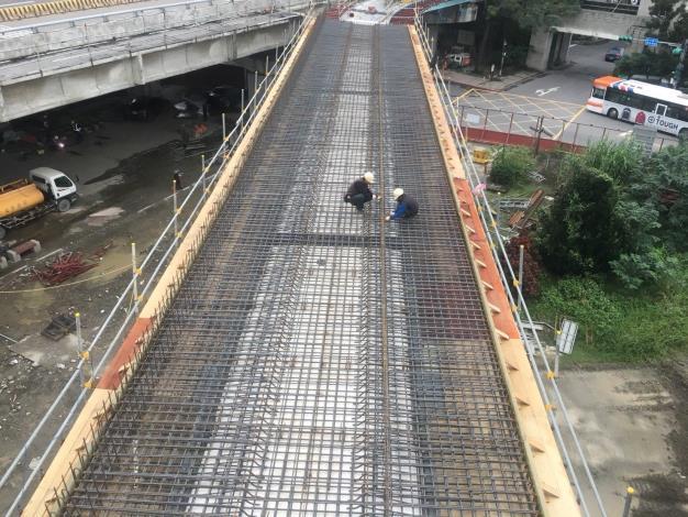 華中橋機車匝道橋面版鋼筋綁紮作業