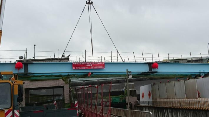 B8鋼梁吊裝作業