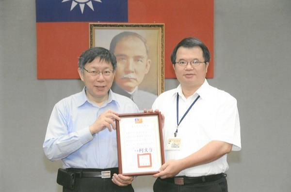 Jun-Jie Tseng , the Maintenance Team Supervisor of New Construction Office, Public Works Department, Taipei City Government awarded as 2016 Taipei City Government's Outstanding Civil Servant