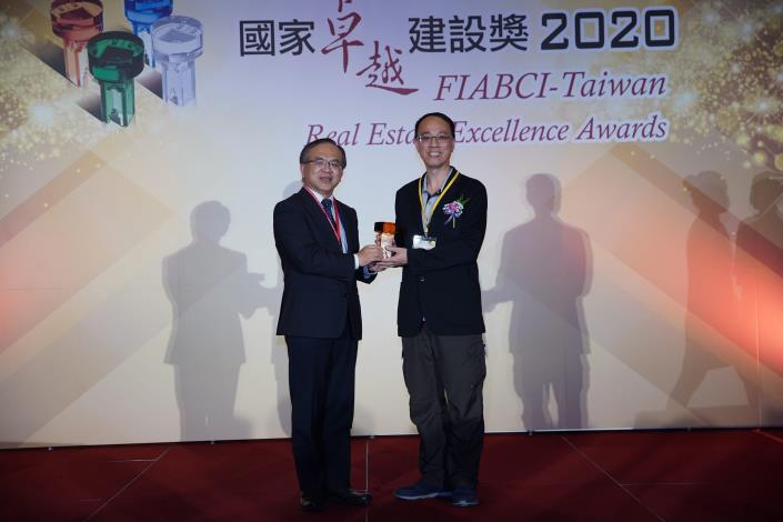 Figure 4. Deputy Director Jianzhong Wang received the award on behalf of the New Construction Office. (Yongjian Elementary School)