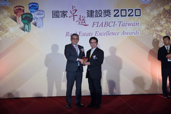 Figure 3. Director Liyuan Huang received the award on behalf of the New Construction Office. (The Zhongzheng Bridge Reconstruction Project)