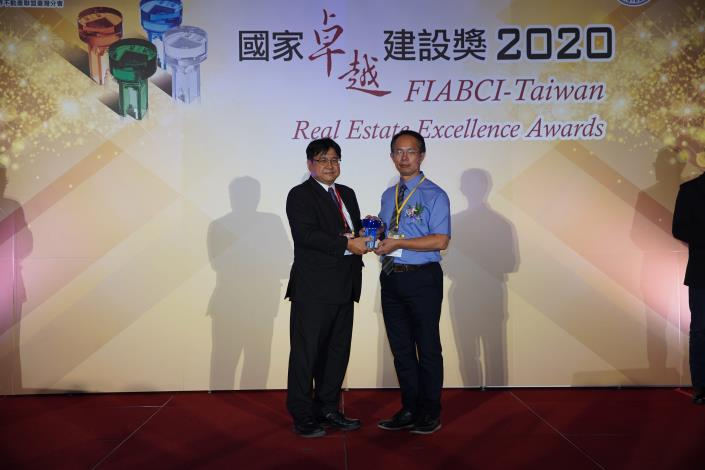 Figure 5. Assistant Chief Engineer Huizhong Lin received the award on behalf of the New Construction Office. (Zhongxiao East Road Sidewalk Environment)