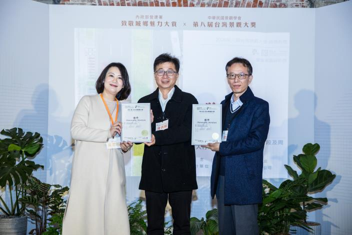 Special committee member Mr. Chen receives the award for the Zhongxiao East Road Construction Project