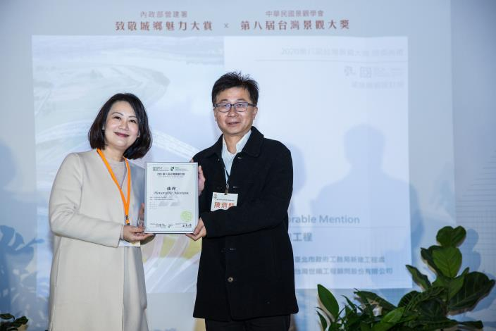 Special committee member Mr. Chen receives the award for the Zhongzheng Bridge Construction Project