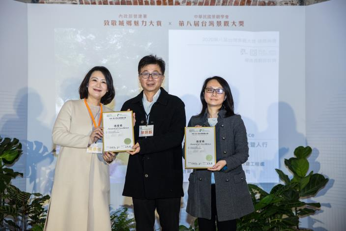 Special committee member Mr. Chen receives the award for the Xinsheng South Road Canal Construction Project
