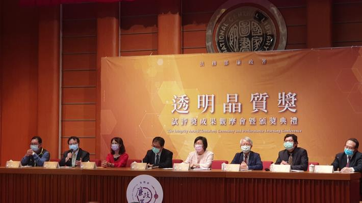 Figure 3. The Agency Against Corruption holds a comprehensive discussion with representatives of the agencies receiving the High Distinction Award. Director Huang Li-yuan of the New Construction Office delive