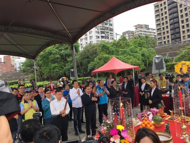 Groundbreaking ceremony of Zhongzheng Bridge reconstruction project – joint religious ritual by Mayors Ko and Hou[Open in new window]