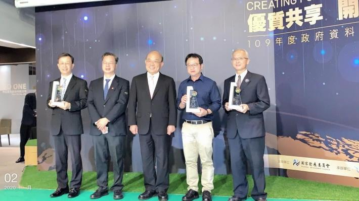 Figure 6- Director Huang of the New Construction Project Department receiving the award from Premier Su