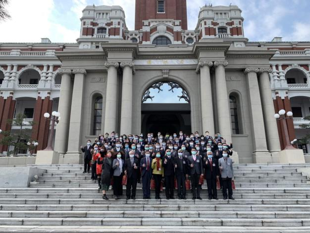 Group photo of the representatives of the award-winning units outside the Presidential Office Buildin