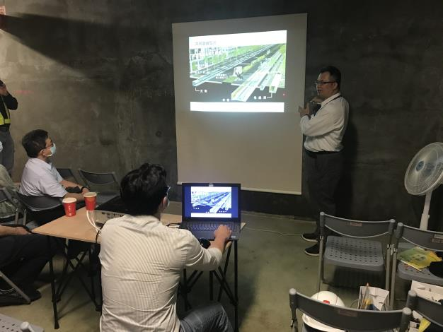 Picture 3. Chief Tseng of the Civil Engineering Division gives a briefing on Taipei City's common ducts and shares his experience.JPG