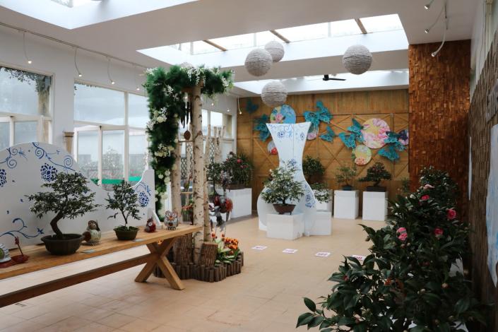 展場內展示珍貴的茶花盆景 (2)[開啟新連結]