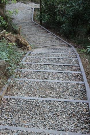 照片07.依照不同坡度需求設置-塑木木碎石步道