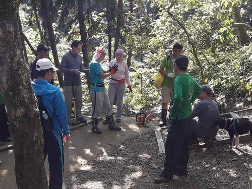 照片11.協會手作步道志工於施工前講解