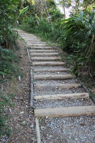 照片05. 依照不同坡度需求設置不同原木碎石步道1