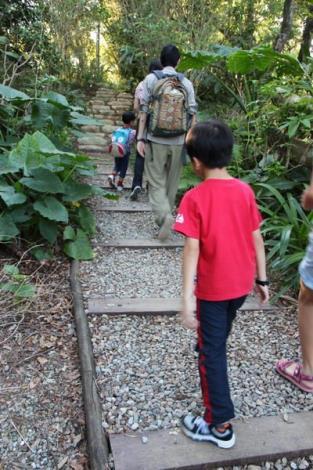 照片09 依照不同坡度需求分別設置砂岩步道與原木碎石步道