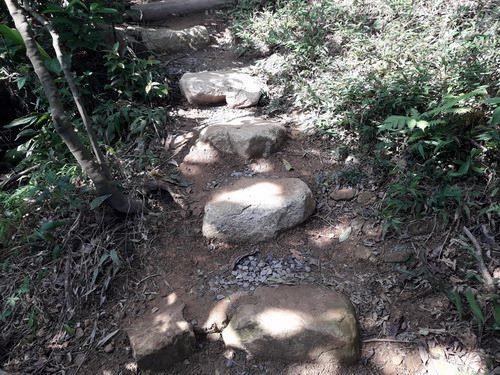 照片16. 利用岩塊完成融入自然環境的手作步道