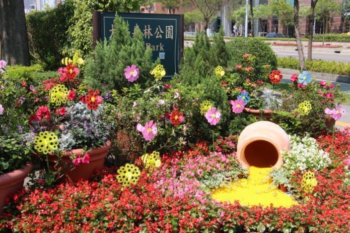 圖3.大安森林公園2號出入口-以蜜蜂尋蜜象徵-「尋尋覓蜜 為了遇見你」
