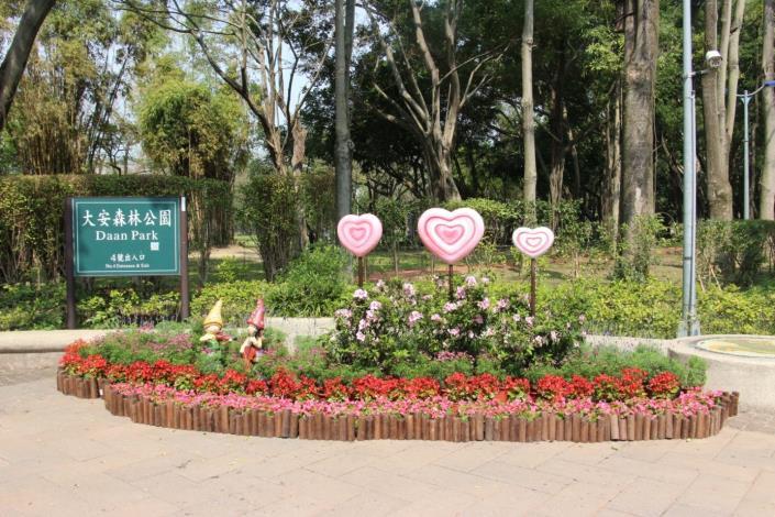 圖6.大安森林公園5號出入口-人偶捧者杜鵑花束營造戀人相愛場景