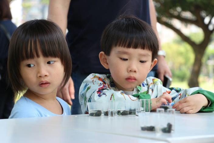 圖四、小朋友等待螢火蟲野放前的神情。