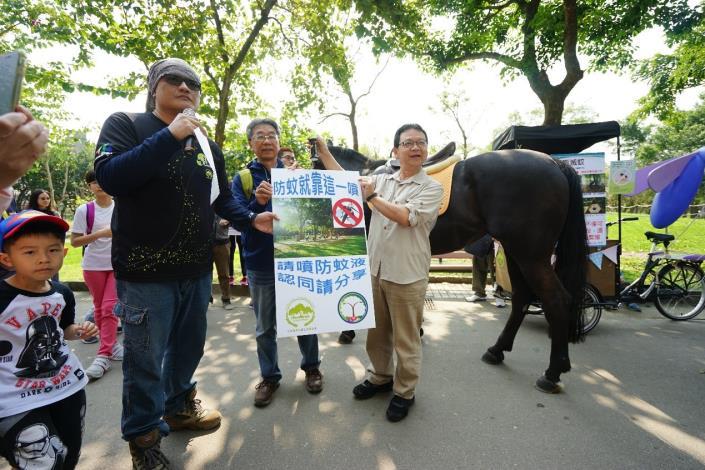 圖九、處長與吳博士一同宣導生態防蚊的重要。
