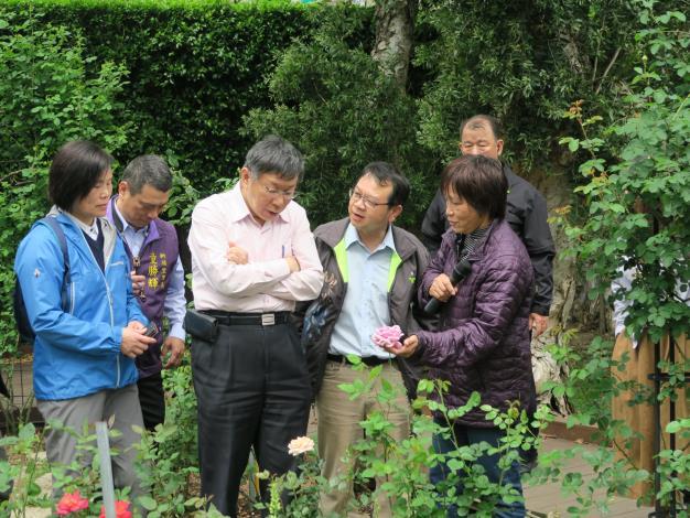 圖6、公園處黃立遠處長向市長介紹臺北玫瑰園。.JPG