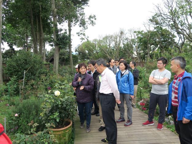 圖4、柯文哲市長至臺北玫瑰園聆聽玫瑰花品種介紹。.JPG