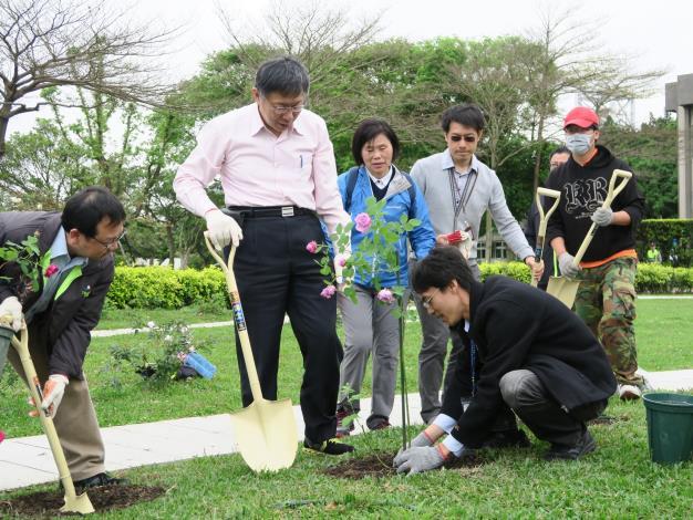 圖1、柯文哲市長親自於臺北玫瑰園種植玫瑰花。.JPG