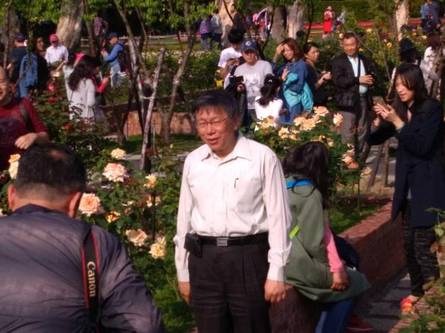 圖2.柯市長循著玫瑰花香也來拍照留念[開啟新連結]
