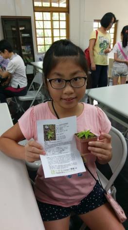 連小朋友也學到許多知識,開心的和植物合影留念 [開啟新連結]