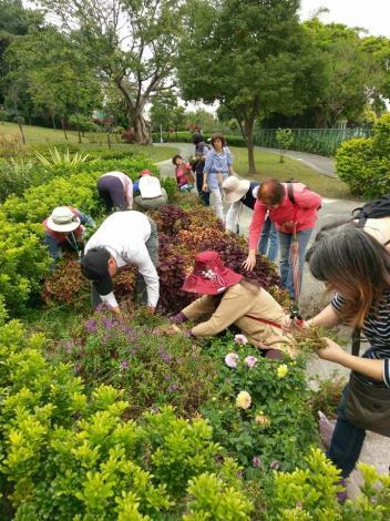 老師帶領學生實地操作花木維護課程,學生們認真學習並動手操作體驗[開啟新連結]