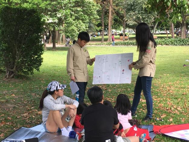 圖4. 小鹿團員藉由討論增進成員彼此的知識並也讓市民更了解黃緣螢與生態池之間的關係