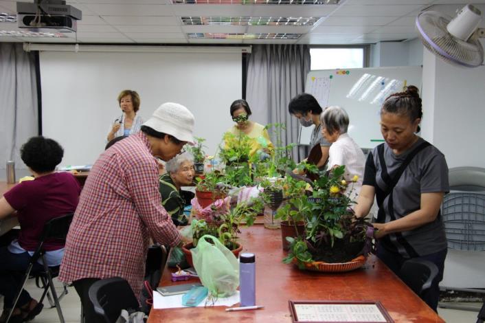 圖4. 青年公園綠化教室-學員們發揮創意妝點自己的盆栽[開啟新連結]