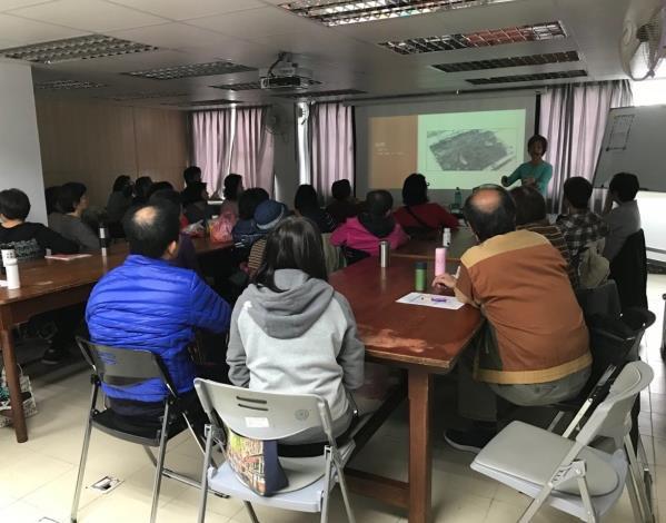 圖3.青年公園綠化教室-學員專心的聆聽如何栽培植栽[開啟新連結]