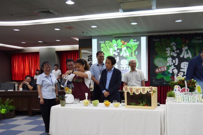 2018田園城市競賽開跑記者會會外PK賽贏家打果汁.JPG[開啟新連結]