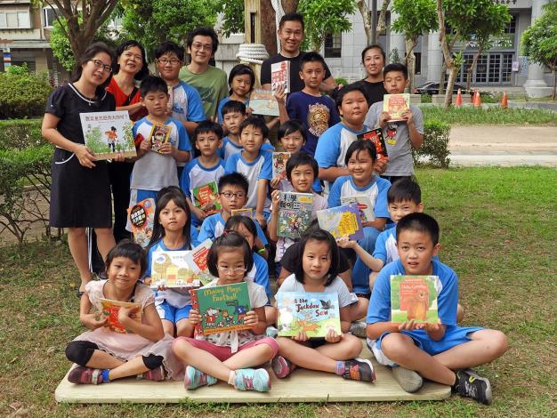 圖8. 北市懷生國小師生帶著好書來分享[開啟新連結]