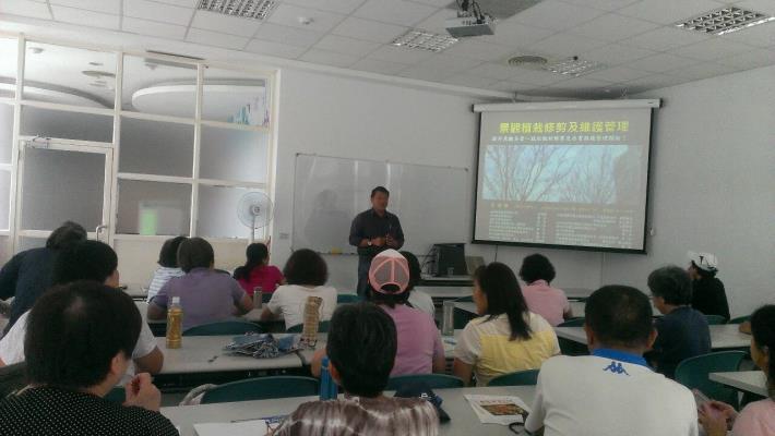 圖1.老師帶講解花木修剪維護課程,學員們認真學習聽課。[開啟新連結]