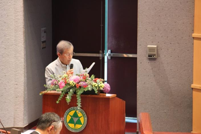 圖五、街路樹診斷協會技術顧問伊東伴尾說明大安森林公園土壤各種改良工法的樹木生長量比較