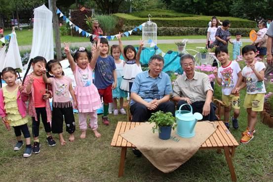 圖六、大安森林公園之友基金會郭城孟執行長及市長與小朋友共同合影留念[開啟新連結]