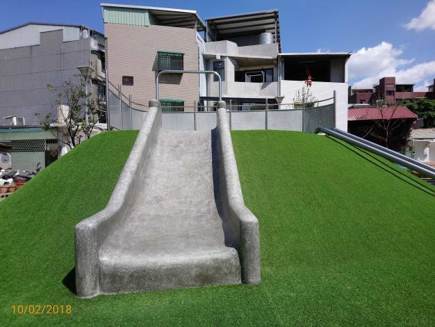 照片11.兒童遊戲場地景山丘與親子同樂的寬版磨石子溜滑梯2[開啟新連結]