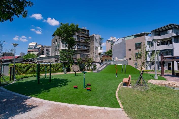 照片12:多元使用的兒童遊戲場與體健區
