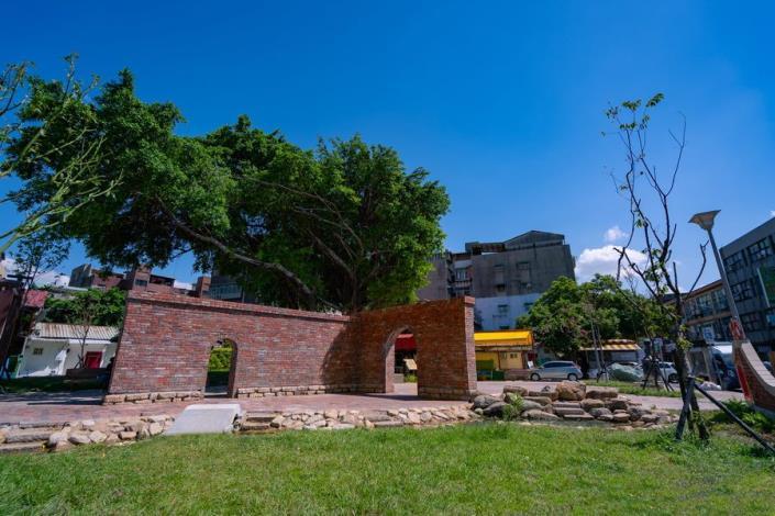 照片7.保留既有大榕樹與拆除舊屋重砌的紅磚故事牆[開啟新連結]