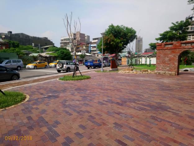 照片6.公園內透水工法鋪面小廣場提供舉辦小型里民活動.JPG