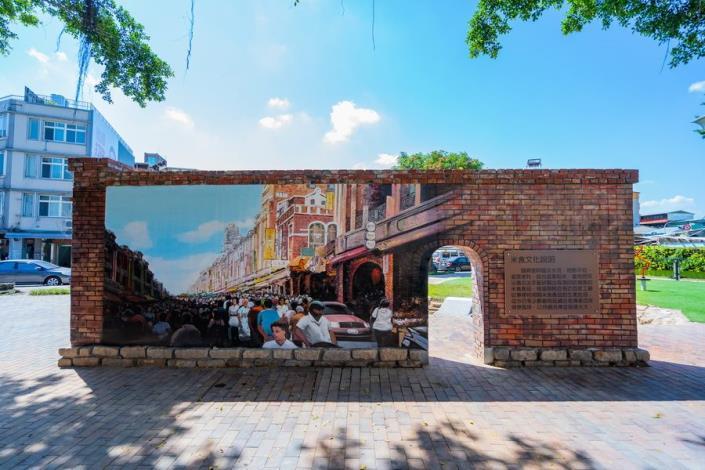 照片8.公園裡保留既有建築紅磚,重砌街景造型牆及洋樓彩繪牆[開啟新連結]