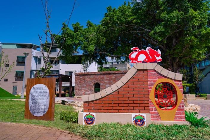 照片9.延續國順里「粿仔街」入口意象的龍龜獅造型牆與國順公園故事板[開啟新連結]