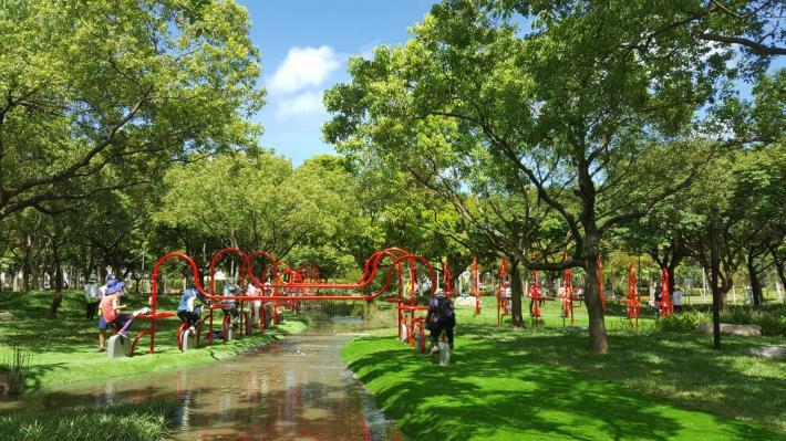 圖二、民眾開心的踩動活水飛輪,帶動生態池水循環[另開新視窗]