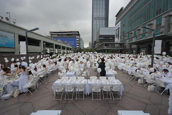 照片9.107年法國正式授權白色野餐在101北方廣場舉辦[開啟新連結]